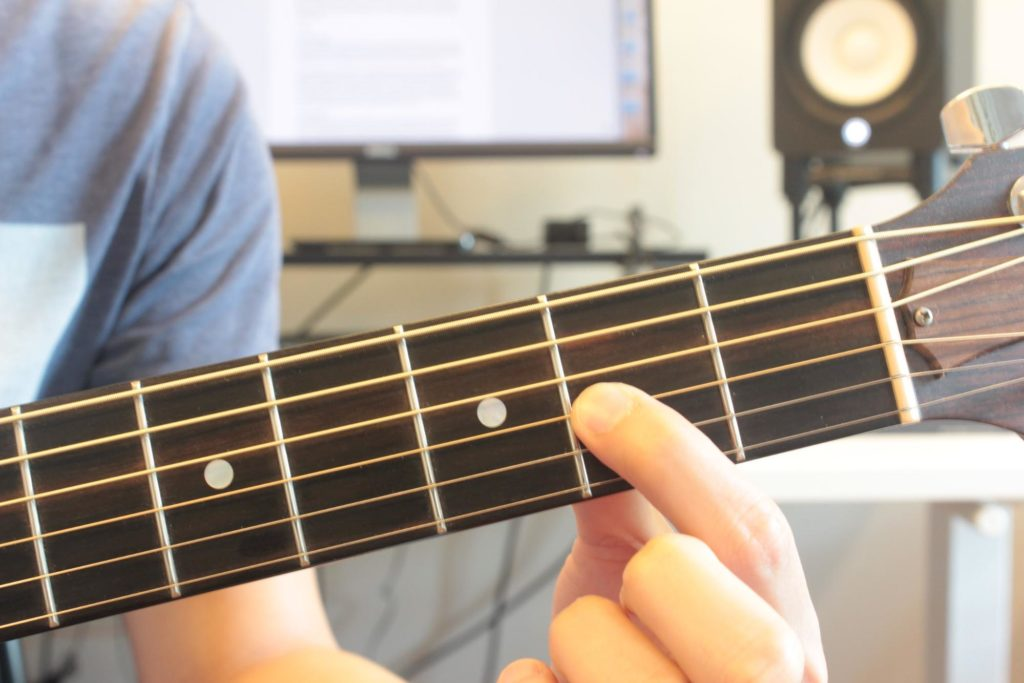 5 Must Know Fretting Techniques For Beginner Guitarists